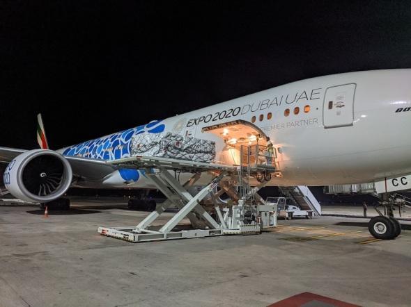 Boeingu 777-300ER Emirates nakládání zboží