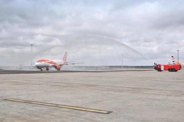vodní brána Airbus A319 easyJet Praha Barcelona