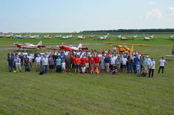 Slet československých letadel 2021 hromadné foto účastníků